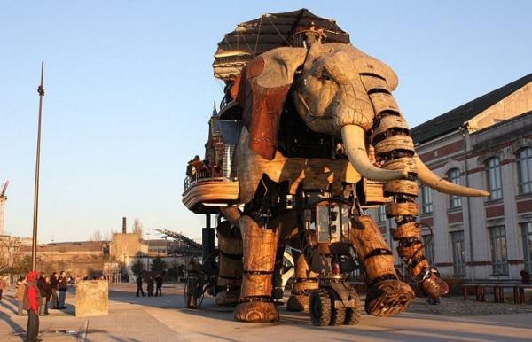 chú voi máy khổng lồ